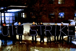 Feb. 18, 2014 | Overpass Light Brigade shows support for striking University of Illinois at Chicago faculty members. | Photo/Emily Gray Brosious
